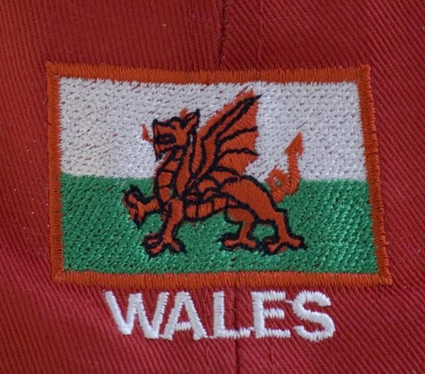 Keps med walesiskt flagga