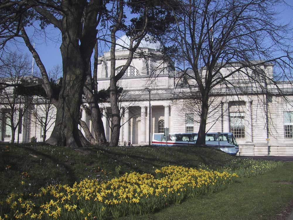 påskliljor framför museet