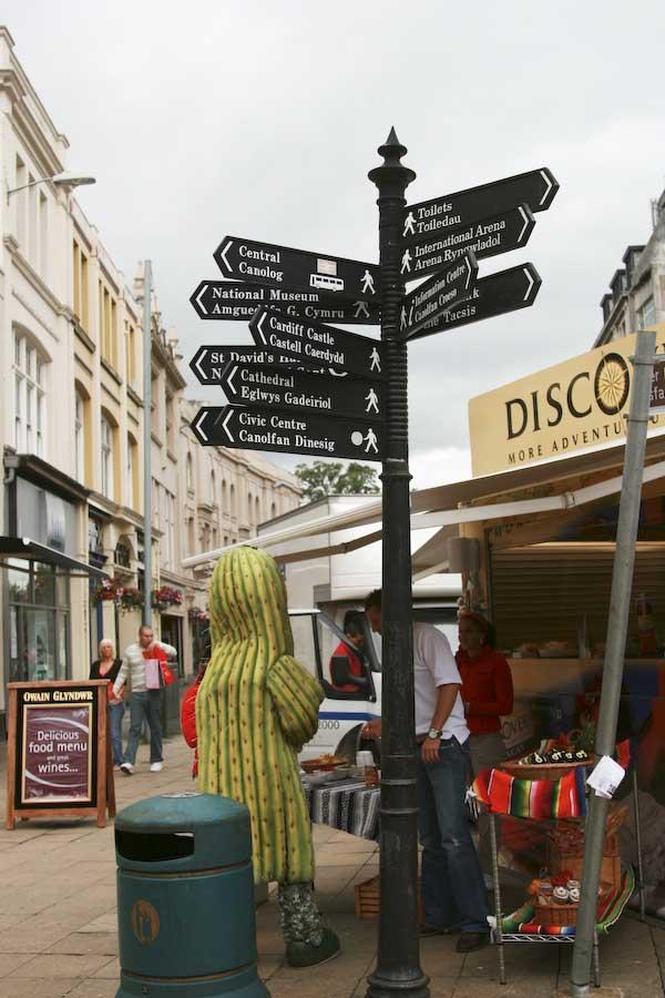 cardiff-city-stadsvy-med-skyltar