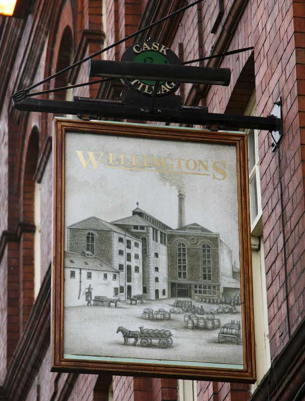wellingtons pubskylt